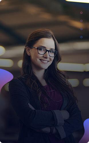 Imagem de uma mulher de cabelos longos castanhos de óculos sorrindo