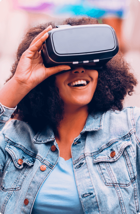 Foto de uma moça negra olhando utiliznado um óculos VR