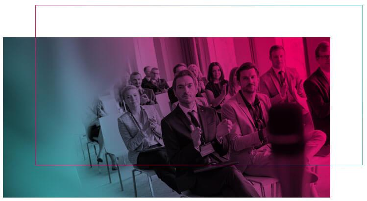 Imagem de pessoas sentadas numa sala