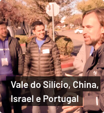 Mauricio Benvenutti ao canto direito com pessoas de pé olando pra ele em San Francisco; texto 'Vale do Silício, China, Israel e Portugal' abaixo