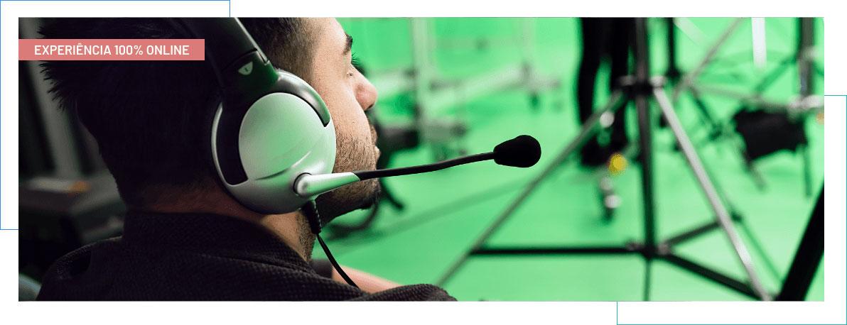 Homem com headset, olhando para o lado direito; fundo na cor verde abacate; texto acima escrito 'EVENTO 100% ONLINE'