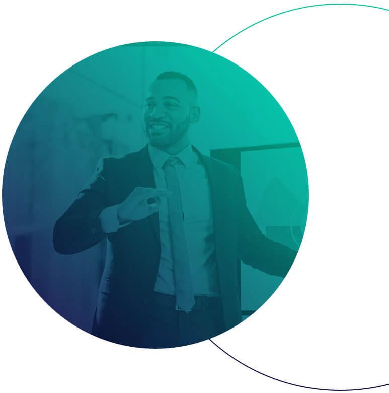 Um circulo em degradê azul e verde com a imagem de um homem de terno fazendo uma apresentação